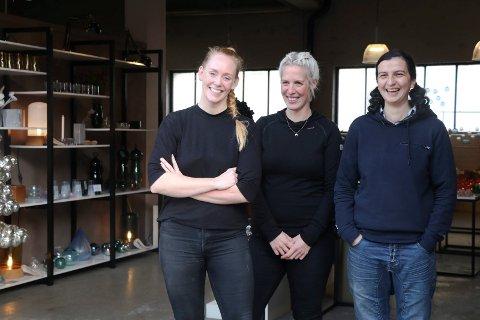 BESTILLINGER RENNER INN: (f.v). Kirsten Vikingstad Storesund, Eirin Bjørsland Hansen og Julie Shirani Kausland fortsetter å gjøre suksess med Formbar Glassverksted.