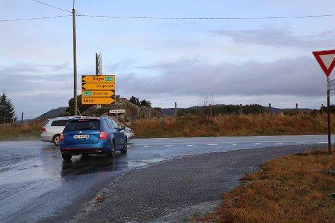 STOR TRAFIKK: Rundt 20 prosent av Tysværs-befolkning blir berørt av krysset i Slåttevik. De forteller at de ofte må vente lenge før de kommer seg ut på hovedvegen.
