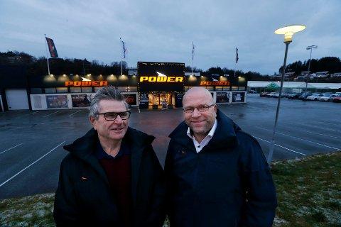 SYNLIG: (f.v) Daglig leder i selskapet Brødrene Jacobsen Handel AS/ Power Haugesund sammen med varehussjef hos Power Haugesund Odd Terje Melkevik utenfor lokalene på Raglamyr.