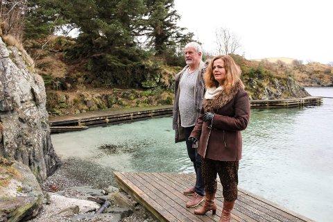 Tore Martin Hansen og Dagmar Helen Lunde i  Asalvika. Grusstien ned til badet blir vasket ut i stranden. Ett av flere punkt Asalvik Velforening ønsker å gjøre politikerne oppmerksom på.