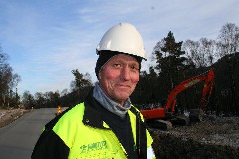 STOR JOBB FOR VATSFIRMA: Entreprenør Bjarne Nordtveit i Vats har fått oppdraget med å byggja miljøgate gjennom Vikedal sentrum.