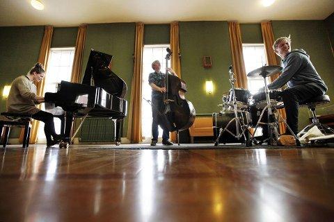 NOMINERT: Slik ser det ut når publikum lytter til trioen Moskus med Anja Lauvdal på piano, Fredrik Luhr Dietrichson kontrabass og Hans Hulbækmo på trommer i Bystyresalen i 2012.