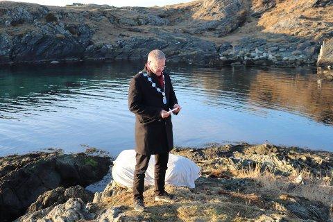 TALE: – Trond Ytreland døde under svært tragiske omstendigheter. Dette minnesmerket skal hedre ham, sa ordfører Arne-Christian Mohn.