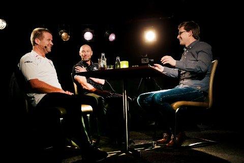 PÅ SCENEN: Mark Dempsey (i midten) var FKH-trener da Haugesunds Avis sist inviterte til podkastinnspilling live på Café Réne. Nå er det Jostein Grindhaug som skal «grilles» i stolen. Sportsleder Terje Flateby (t.h.) og journalist Odd Kåre Grøttland (t.v.) i Haugesunds Avis er fortsatt med.
