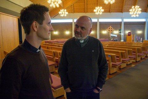 PRIORITERINGER: Prost Ove Sjursen (t.h.) i samtale med sokneprest Sveinar Medhaug på Åkra.