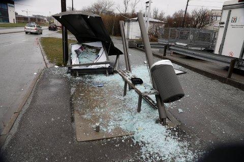Busskuret er fullstendig ødelagt.