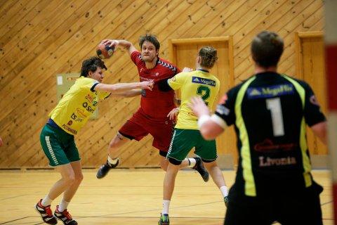 3. DIVISJON NESTE: Olli-Pekka Korpimäki og HHK i aksjon mot Herkuels i Håvikhallen søndag.