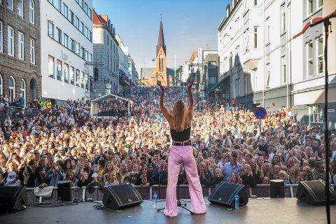 TIL KOPERVIK: Adelén. Her fra gratiskonserten til Aibel i Torgbakken i Haugesund.