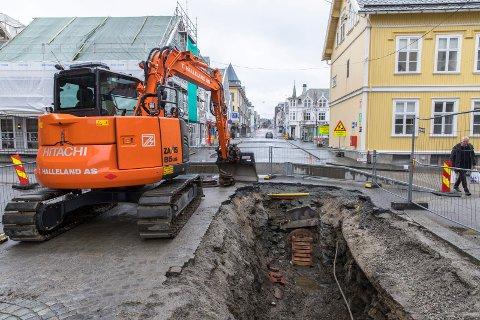 SISTE HULL: Siste etappe den nye vannledningen legges nå i krysset Skjoldaveien/Strandgata.