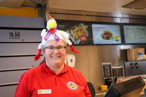 11042019: Elisabeth Lyngstad Thorvaldsen på Shell-stasjonen på Avaldsnes er klar for påskeflax