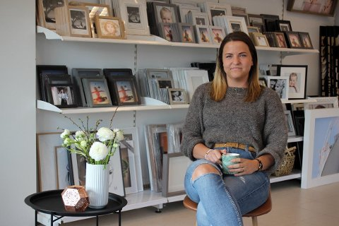 I NYE LOKALER: Fotograf Lone Fingann Stol har flyttet studioet sitt fra Åkrehamn til Kopervik.