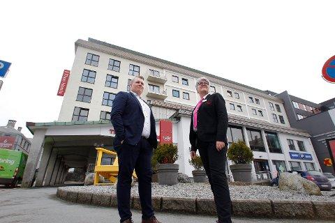 Haugesund 270319 Saga hotell er 60 år Hotellsjef Sindre Stensland og resepsjonist Eli Munthe  Foto:  Harald Nordbakken