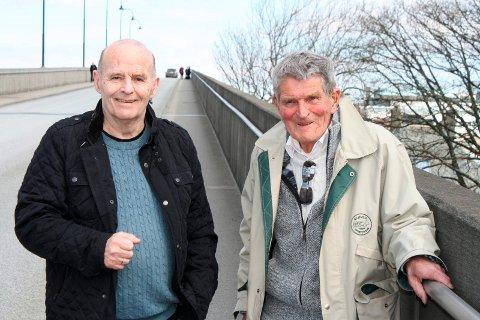 HAR MANGE GODE MINNER: Rolf Rasmussen (t.v.) og Henning Økland tilbrakte mye av guttedagene på Risøy bro. Her står de ved enden av broen som de kjenner like godt som sin egen bukselomme.