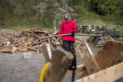 RYDDER OG PRODUSERER: I Djupadalen har Janna Åsa Håvardsen og medelever fra Karmsund vgs bidratt til stirydding før søndagens Haugesund på langs. Her er hun i sving med vedproduksjon.