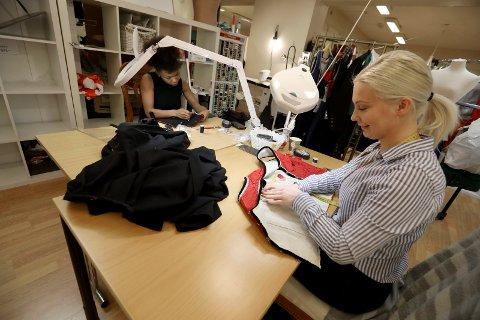 TRAVLE DAGER: (f.v) Iracélia Skiftun og Mirjam Aho har hatt lange arbeidsdager på systua ved bunads- og håndarbeidsbutikken Petra Løvvig Broderi & Bunadsforetning den siste tida.