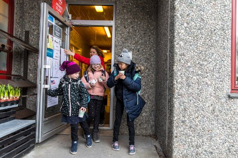 040419 Auklandshavn Før skole tilbud på nærbutikken Madelene Røsslien, Tilly Marie Økland, Synnøve Iselin J-Wu Økland og Åse Marie Økland (i bakgrunnen)