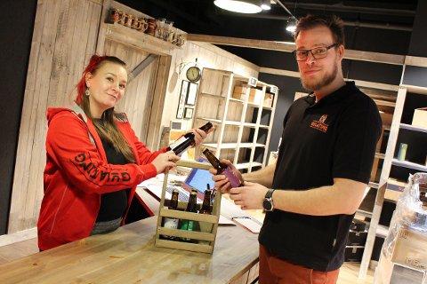 SISTE INNSPURT: Franchisetaker Christian Velde og samboer Alice Aarsand Hansen står på for å bli ferdige til åpningen.