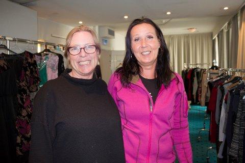 ARRANGERER KJOLEBYTTING: Malla Holden (t.v) og Anne Gro Grønnevik håper at mange finner kjoler som de liker når de arrangerer kjolebytting lørdag 11. mai. I fjor ble byttedagen en stor suksess.