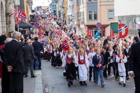 BARNETOGET: Dette bildet er tatt 17. mai 2019, det året vi sist hadde barnetog i Haugesund sentrum.