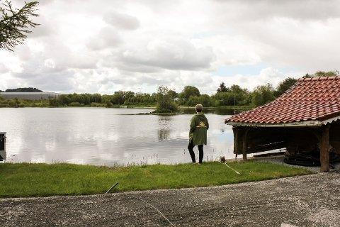 Familien vil få den planlagte  gangveien i og langs Skeisvatnets sørvestlige side inn på sin eiendom. Kommunen forbereder ekspropriasjon.