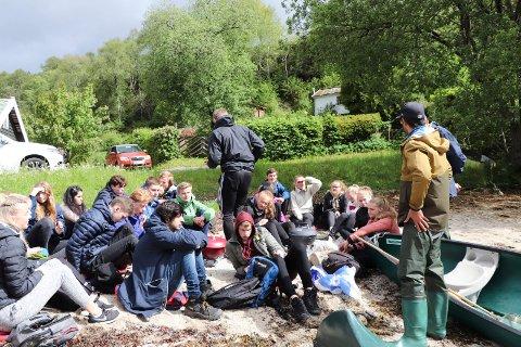 24052019:Skeisvang-elever plukker Stillehavsøsters:  Her Jonathan Simonsen i ferd med å gå gjennom funnene for de to biologi-klassene.