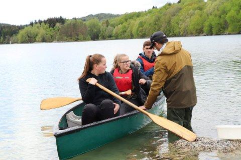 24052019:Skeisvang-elever plukker Stillehavsøstesr: Fra v:  Lærer Jonathan Simonsen ser på fangsten til Sanne Vik, Karina Fjetland og Henny Rushfeldt.