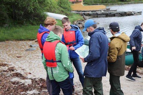 24052019:Skeisvang-elever plukker Stillehavsøsters:  Her sjekekr biologilærerne Erik Utne Vie(t.v) og Jonathan Simonsen hvilke områder disse guttenen har tatt for seg