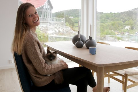 HYTTEKATT: Både Caroline Smedsvig og katten Bruno stortrives på foreldrenes hytte ved Ålfjorden. - Han prøver å stikke av hver gang vi finner fram buret hans når det er klart for hjemreise, smiler Caroline.