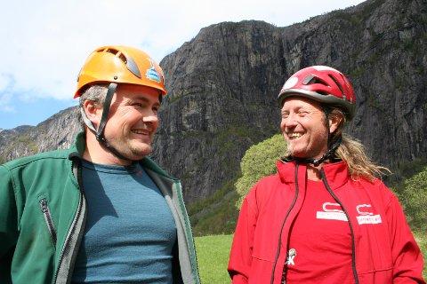Den kjende fjellklatraren «Bolte-Børre» Bergshaven (til høgre) og Robert Melkeråen i Fjæra er klar til å ta imot folk som vil klatra i fjellveggen i Fjæra frå 25. mai. Dei tilbyr guida turar i ei 900 meter lang klatrerute. (Foto: ).