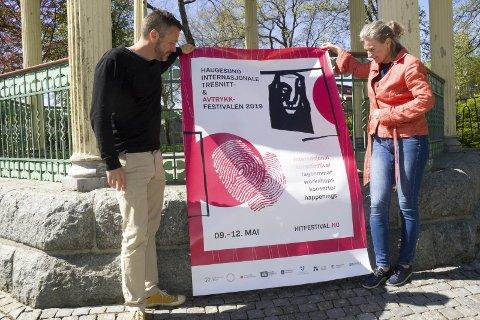 KUNSTFESTIVAL: Kester Bunyan, Haugesund Kunstforening og gallerileder Grethe Lunde Øvrebø,