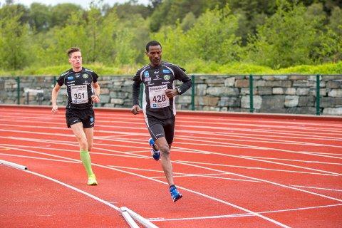 EN OG TO: Urige Buta og Stian Vestbø var de to første over mållinja i halvmaraton.