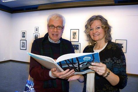 KONFLIKT ER LØST: Til venstre kunstsamler Ola  Tjørhom og Grethe Lunde Øvrebø, gallerileder i Haugesund Billedgalleri. Nå er konflikten om kunstverksamlingen som Tjørhom har donert blitt løst.