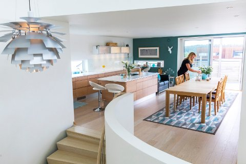 ÅPENT KJØKKEN: Kjøkkenbordet har en lengde på 5,2 meter. Kjøkkenbenken er hele 7,2 meter lang. Lyset flommer inn fra de store vinduene.