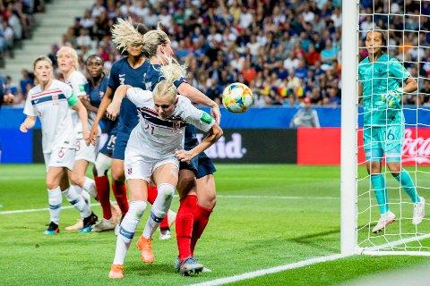 Norges Karina Sævik foran mål under VM-kampen i fotball for kvinner mellom Frankrike og Norge på Allianz Riviera. Foto: Stian Lysberg Solum / NTB scanpix