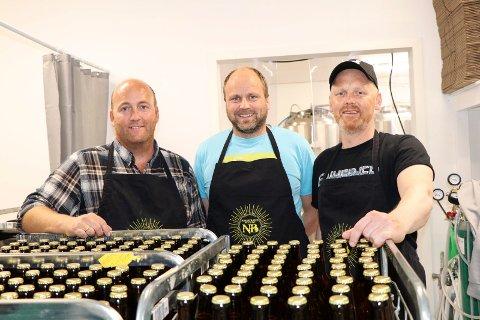 NEDSTRAND BRYGGERI: NB er i gang: Fra v: Tor Gunnar Lilleskog, Roald Pedersen og Svein Dalva,  tre av de sju eierne, og et av dugnadslagene.