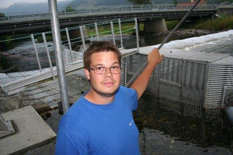 Fiskeridirektoratets Per Tommy Fjeldheim ved fiskefella i Etneelva melder om beskjeden oppgang av laks hittil.