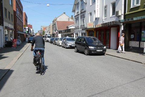 Her sykles det mot enveiskjøring, som strengt tatt ikke er lov. Hvis forslaget blir iverksatt, skal syklistene få sitt eget felt på andre siden av veien for det syklisten befinner seg.
