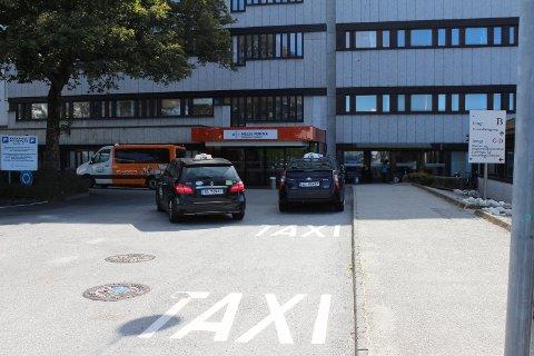 SENDT I TAXI: Mannen ble sendt i taxi fra Haugesund sjukehus til Bergen. Taxibilene på bildet har ingenting med saken å gjøre.