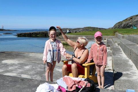 10072019:bestmor Anna Hestvik med to av barnebarna I Kvalsvik    fra v: Lira og til høyre Vilja Hübner som bor i Son med pappa Malte og mamma Kjersti