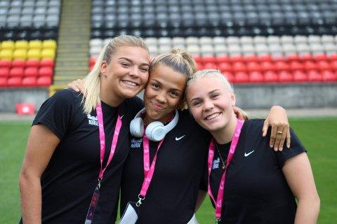 SCORET: Anna Jøsendal (t.h.) scoret et flott mål for Norge i kveld.  F.v. Malin Skulstad Sunde og Celin Bizet Ildhusøy.  Foto: Thomas Bløndal / NFF / NTB scanpix
