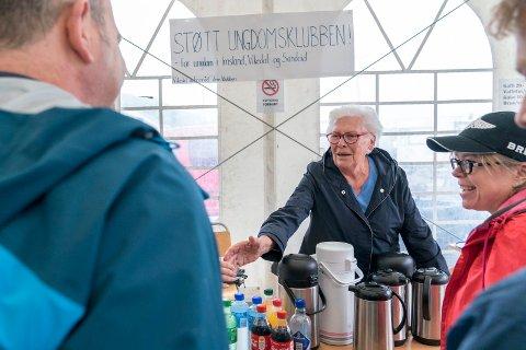 SOMMERFESTIVAL: Anne Marie Reimers (89) selger vafler til familien Shperber fra Israel. Aino Shperber (t.h.) mener regnvær er tegn på norsk sommer.