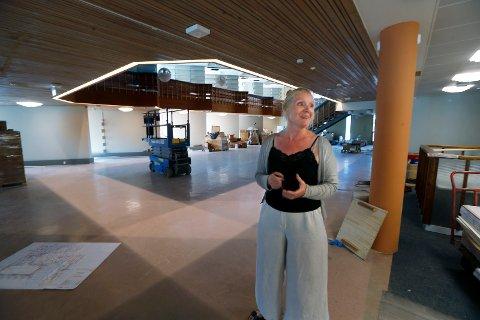 RENOVERT BIBLIOTEK: - 14. september åoner vi et nyrenovert Haugesund folkebibliotek. Det ser vi fram til, sier biblioteksjef Marianne Hirzel  i det renoverte Haugesund folkebibliotek.  Foto:  Harald Nordbakken