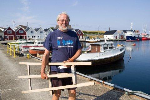 FERKINGSTAD: Vegard Vandvik er på vei til atelieret sitt i en rorbu han låner på Ferkingstad. Nå jobber han fram mot en kunstutstillinger under Molinerdagene 10. og 11. august.