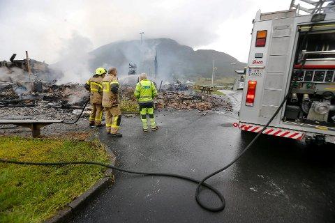 Her startet brannen: Brannen i Vindafjordhallen startet lengst sør i bygget, bekrefter nå politiet. T.h. bak brannbilen skimtes fotballlagets garderober.