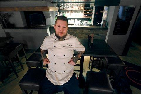 BRUKER TIDEN: Daglig leder ved To Glass restaurant og bar, John Gustav Lohne, gleder seg til å komme tilbake til normalen og en restaurant full av gjester. I mellomtiden har han brukt tiden på takeaway og oppussing.