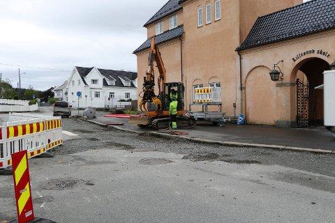 SNART I MÅL: Planen er at både graving og asfaltering ved Lillesund skole skal være ferdig før skolestart.