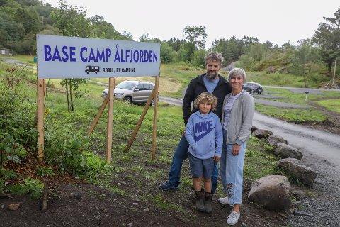 NY DRAKT: Base Camp Ålfjorden er det nye navnet på gamle Fjon Camping. Nils og Nina Matre seter med stort mot og endelig har fått oppfylt drømmen om camping. Her sammen med sønnen Ola Matre.