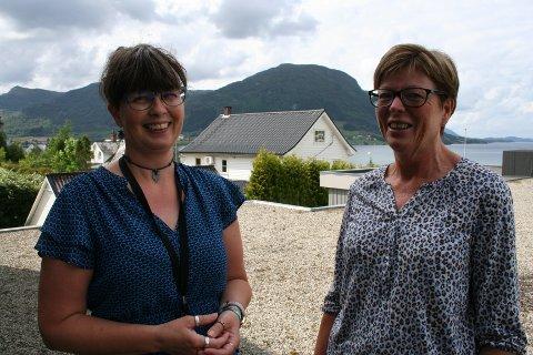HUKOMMELSESTEAM: Silje Holden Birkeland (til venstre) og Anne Vestbø utgjer teamet som jobbar med blant anna heimebesøk og kartlegging innan eldreomsorga i Vindafjord. (Foto: Sigmund Hansen).