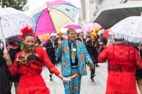FARGERIK DANKEL: Bjarne Dankel syntes det var gøy å se reaksjonene til folk da han gikk kledd i en helt spesiell dress under street paraden.