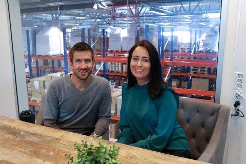 ANGRER IKKE: Trond og Eva Amundsen solgte i fjor familibedriften til et milliardkonsern. Nå kan de se tilbake på et år hvor omsetningen allerede har passert 2019.